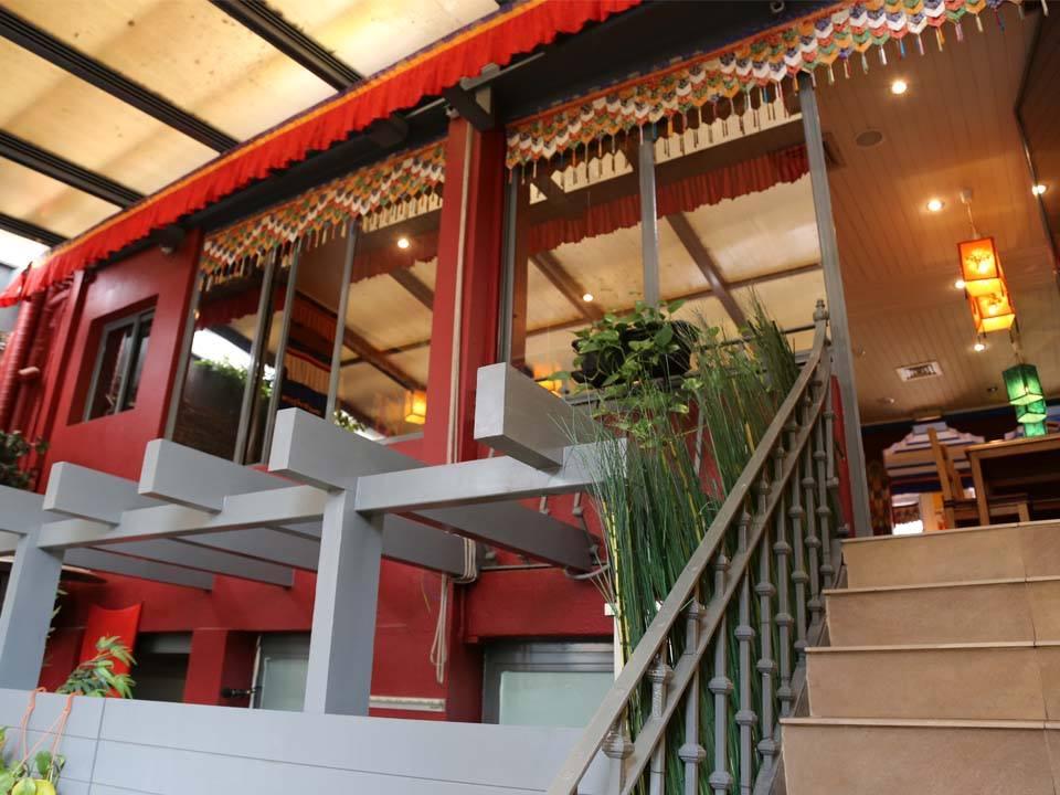 os tibetanos vegetarisches restaurant in lissabon lissabon insider. Black Bedroom Furniture Sets. Home Design Ideas